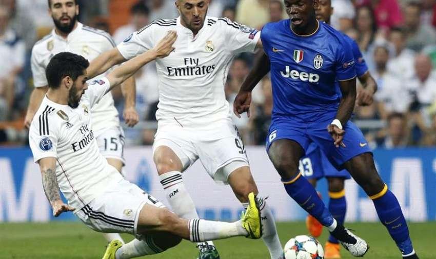 El delantero francés del Real Madrid Karim Benzema (c) disputa un balón con el centrocampista francés Paul Pogba (d), de la Juventus, durante el partido de vuelta de la semifinal de la Liga de Campeones que se juega esta noche en el estadio Santiago Bernabéu. EFE