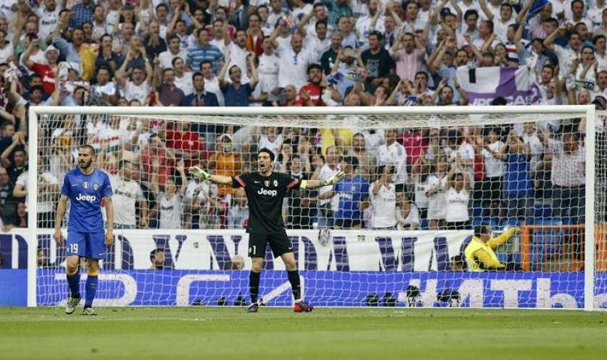 El portero de la Juventus Gianluigi Buffon (d) y su compañero Laonardo Bonucci (i), durante el partido de vuelta de la semifinal de la Liga de Campeones que Real Madrid y Juventus juegan esta noche en el estadio Santiago Bernabéu, en Madrid. EFE
