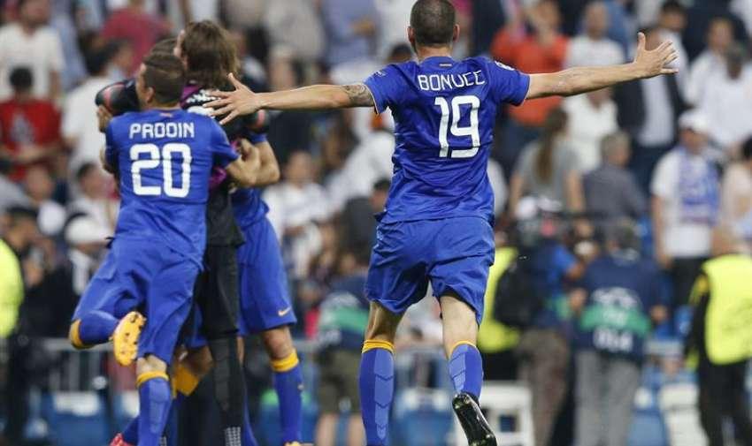 Los jugadores de la Juventus celebran su pase a la final de la Liga de Campeones, a la finalización del encuentro de semifinales, que han disputado esta noche frente al Real Madrid en el estadio Santiago Bernabéu, en Madrid. EFE