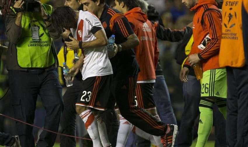 Leonardo Ponzio de River Plate es asistido al salir del túnel para disputar el segundo tiempo  durante un partido por los octavos de final de la Copa Libertadores, en el estado de Boca Juniors en Buenos Aires (Argentina). EFE