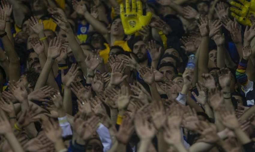 Seguidores del Boca Juniors reaccionan luego de que lanzaran gas pimienta desde la tribuna   durante un partido por los octavos de final de la Copa Libertadores entre River Plate y Boca Juniors, en el estado de Boca Juniors en Buenos Aires (Argentina). EFE