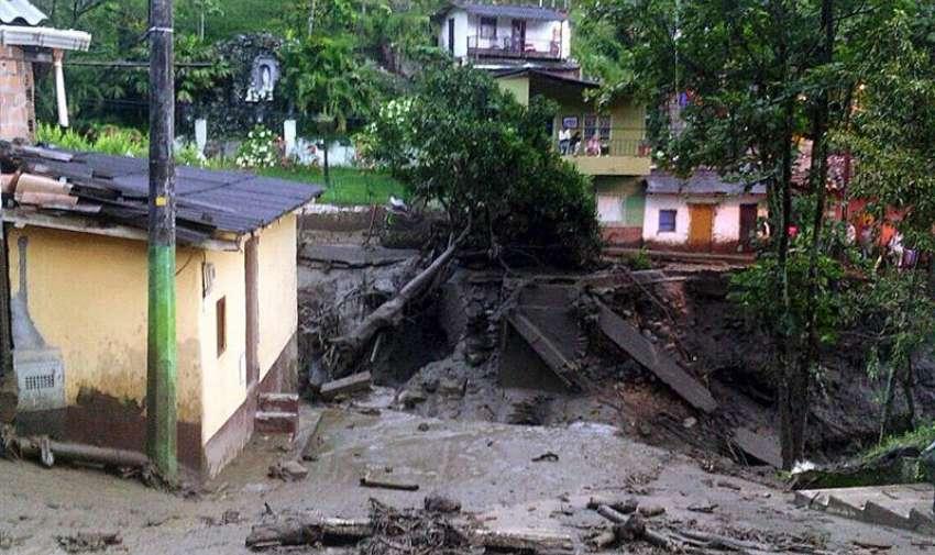 Fotografía cedida por la Fuerza Aérea Colombiana de un sector del municipio de Salgar después de una avalancha,  en el departamento de Antioquia, al noroeste de Colombia. EFE