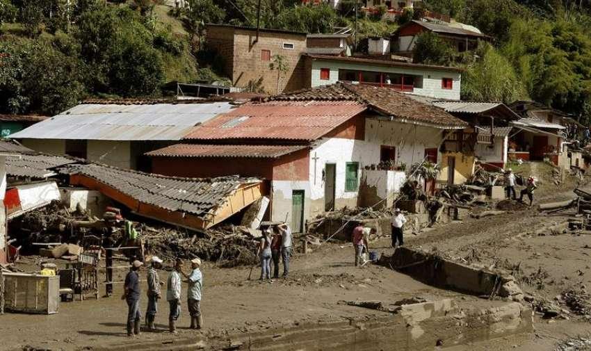 Habitantes limpian los escombros causados por una riada de la quebrada Liboriana , en el municipio de Salgar (Colombia). EFE