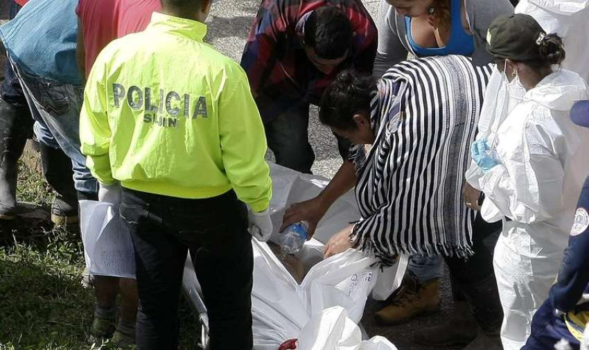 Familiares identifican el cuerpo de una de las víctimas de una riada de la quebrada Liboriana   en el municipio de Salgar (Colombia). EFE