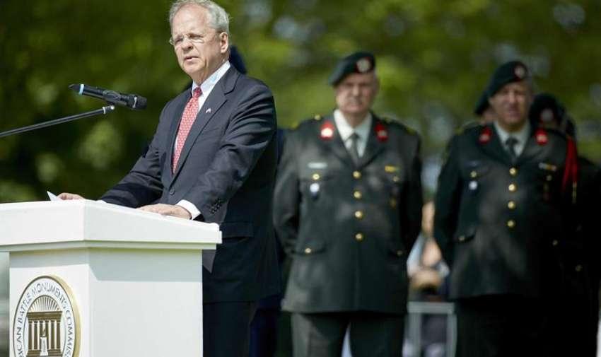 El embajador estadounidense en los Países Bajos Timoteo Broas da un discurso por el día de los caídos. EFE