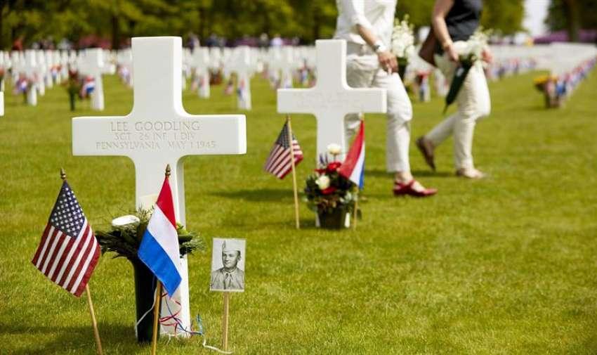 La gente camina pasado tumbas de los soldados estadounidenses en su visita a los Países Bajos American Cemetery Margraten durante Día de los Caídos en Margraten , Países Bajos. EFE