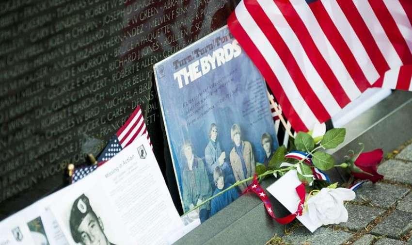 Recuerdos dejados por los amigos y seres queridos adornan Memorial de los Veteranos de Vietnam el día antes del Día Memorial en Washington , DC , EE.UU. 24 de mayo de 2015.