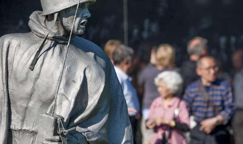 Los visitantes caminan más allá de la memoria de la guerra de Corea en el día antes del Día Memorial en Washington , DC , EE.UU. EFE