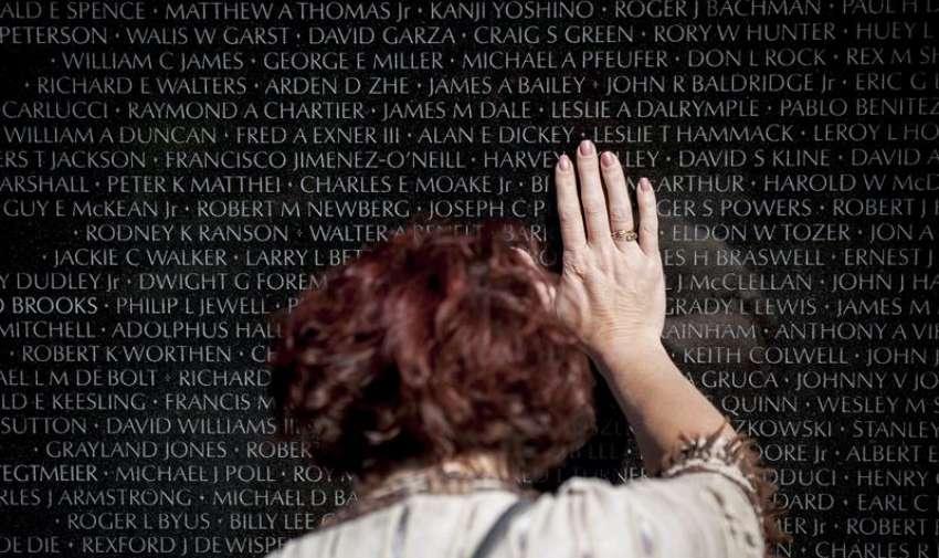 Robbin Rasmussen , de 46 años , de Blaine , NE , rinde homenaje a su padre , el capitán . Harvey Kelley EE.UU. , en el Memorial de los Veteranos de Vietnam en Washington , DC , EE.UU. , 24 de mayo de 2015. Kelley murió en combate en Vietnam en 1969 . EFE