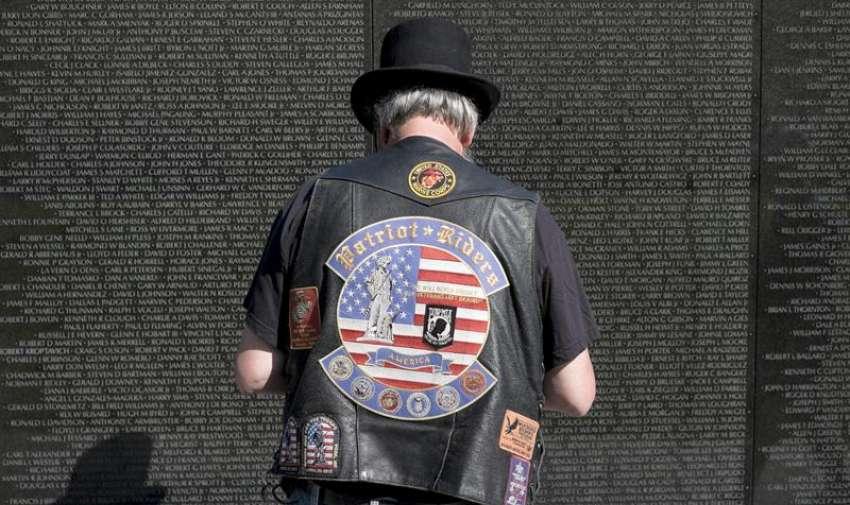 Un miembro de la Rolling Thunder rinde homenaje a los caídos en el Memorial de los Veteranos de Vietnam en Washington , DC , EE.UU. 24 de mayo de 2015. EFE