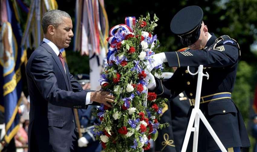 El presidente estadounidense Barack Obama coloca una corona de flores en la Tumba al Soldado Desconocido del cementerio de Arlington, donde hay más de 300.000 tumbas con los restos de soldados estadounidenses fallecidos en combate, con motivo del Día de los Caídos (Memorial Day) en Arlington, a las afueras de Washington, Estados Unidos hoy 25 de mayo de 2015. EFE