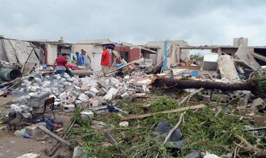 Fotografía de los daños ocasionados por un tornado este lunes 25 de mayo de 2015, en Ciudad Acuña, norte de México. EFE