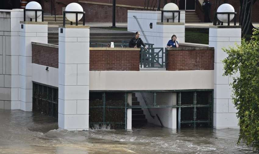 Vista de los edificios anegados tras las intensas tormentas e inundaciones que han azotado el sur del país en Houston, Texas, Estados Unidos. EFE
