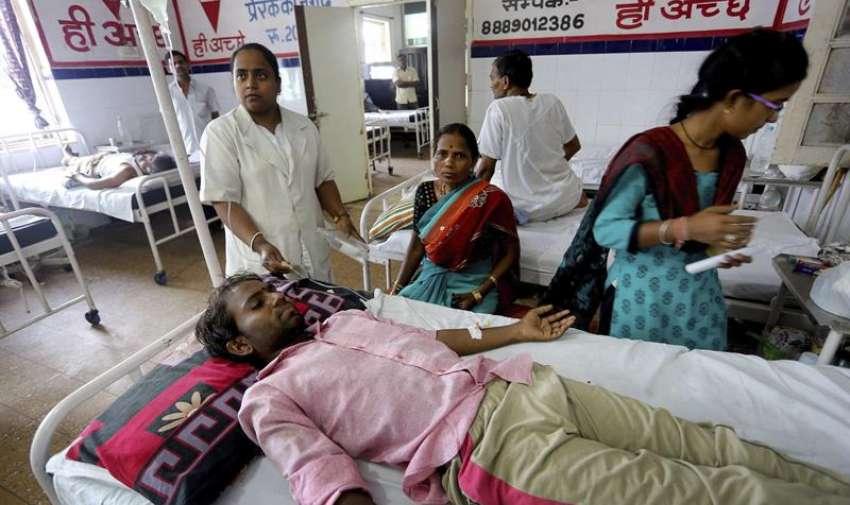 Varias personas son atendidas tras sufrir deshidratación como consecuencia de la ola de calor que afecta el sureste de la India, en el hospital Jai Prakash Narayan en Bhopal, India. EFE