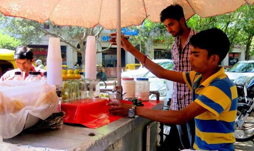 Un puesto de venta de agua en el centro de Nueva Delhi trabaja intensamente debido a la fuerte ola de calor que achaca gran parte de la India que ha dejado atrás a más de un millar de muertos en los estados indios de Andhra Pradesh y Telangana, en el sudeste del país. EFE