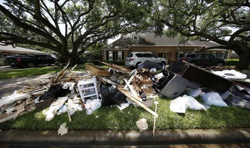 Vista de escombrosa las afueras de una casa, tras inundaciones en Houston, Texas (EE.UU.). EFE