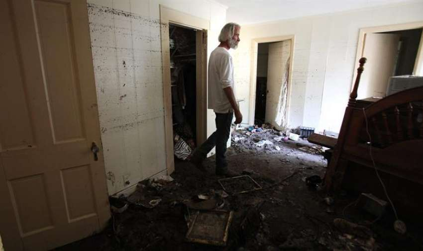 Phil Archer permanece en su casa afectada a las orillas del río Blanco, en Wimberly, Texas (EE.UU.) EFE