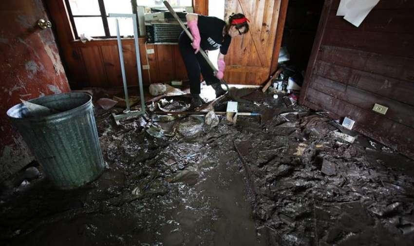 Melinda Ellisor ayuda a limpiar una vivienda afectada, a las orillas del río Blanco, en Wimberly, Texas (EE.UU.) EFE