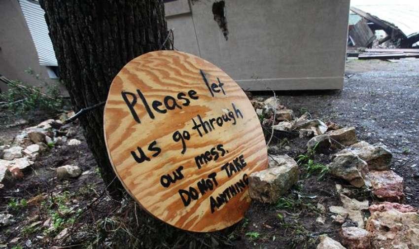 Vista de un letrero al lado de una vivienda destruida, a la orilla de río Blanco, en Wimberly, Texas (EE.UU.) EFE