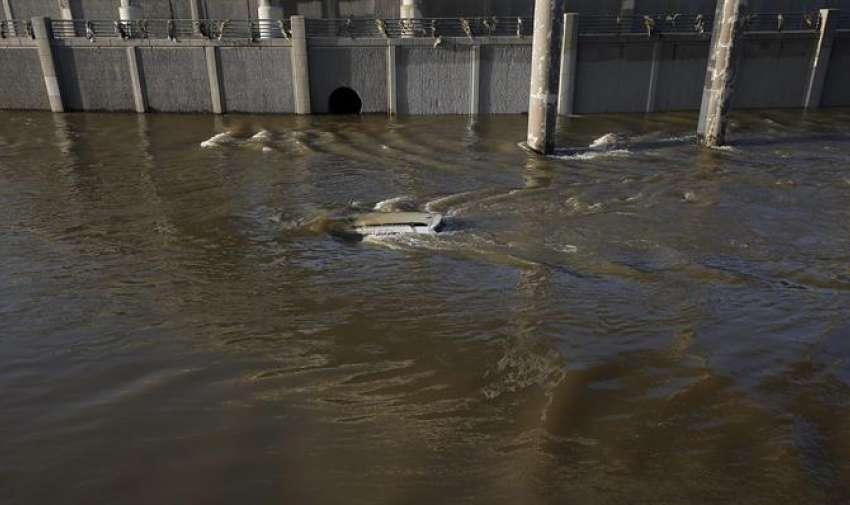 Vista de un vehículo bajo una inundación, en Houston, Texas (EE.UU.). EFE