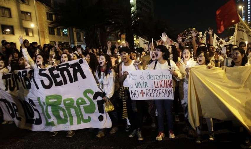 Manifestantes participan en una marcha convocada por la Confederación de Estudiantes de Chile (Confech) en contra de la represión policial en las manifestaciones estudiantiles, en Santiago de Chile. La marcha acabó con incidentes. EFE