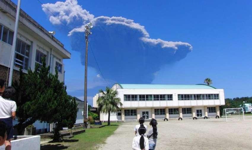 Vista de una columna de cenizas del volcán Shindake en la isla Kuchinoerabu (Japón) hoy, viernes 29 de mayo de 2015. EFE