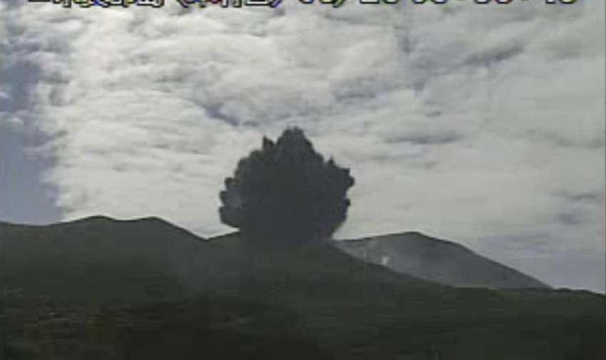 Fotografía distribuida por la Agencia Meteorológica de Japón que muestra una captura de vídeo de la enorme nube de ceniza escupida durante la erupción del volcán Shindake en la isla de Kuchinoerabu, en la prefectura de Kagoshima (suroeste de Japón), hoy, viernes 29 de mayo de 2015. EFE