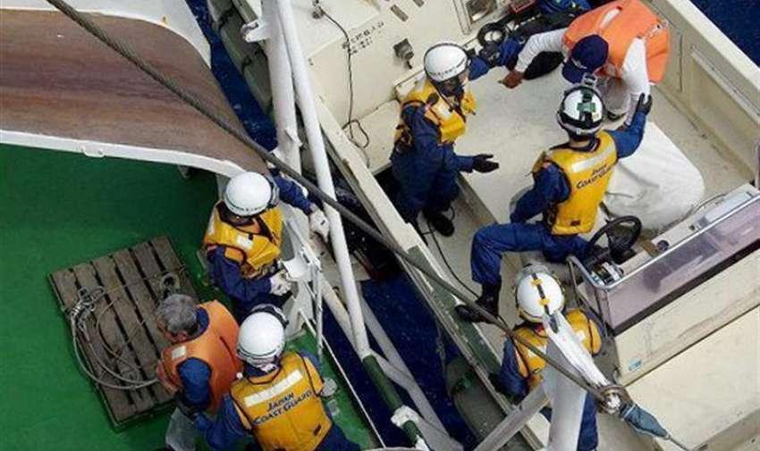 Fotografía distribuida por la Guardia Costera de Japón que muestra residentes de la isla de Kuchinoerabu durante su evacuación en barco a causa de la erupción del volcán Shindake, en la prefectura de Kagoshima (Japón), EFE