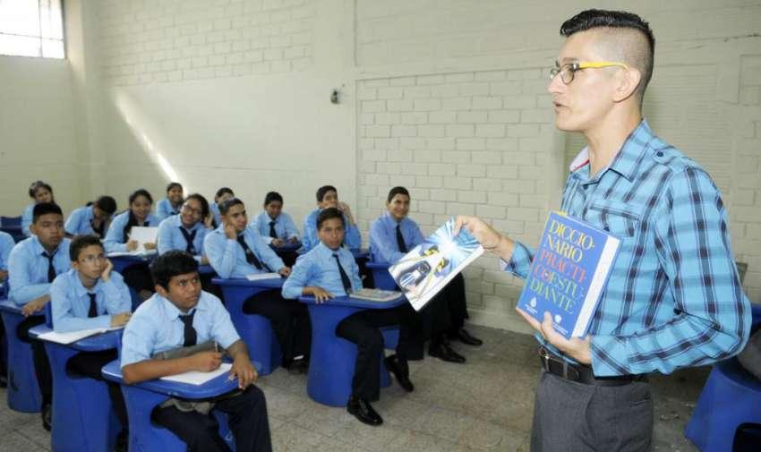 Guayaquil 4 de Mayo del 2015. Inicio del año lectivo 2015 en la región Costa. Colegio fiscal Ati II Pillahuaso. Fotos: API