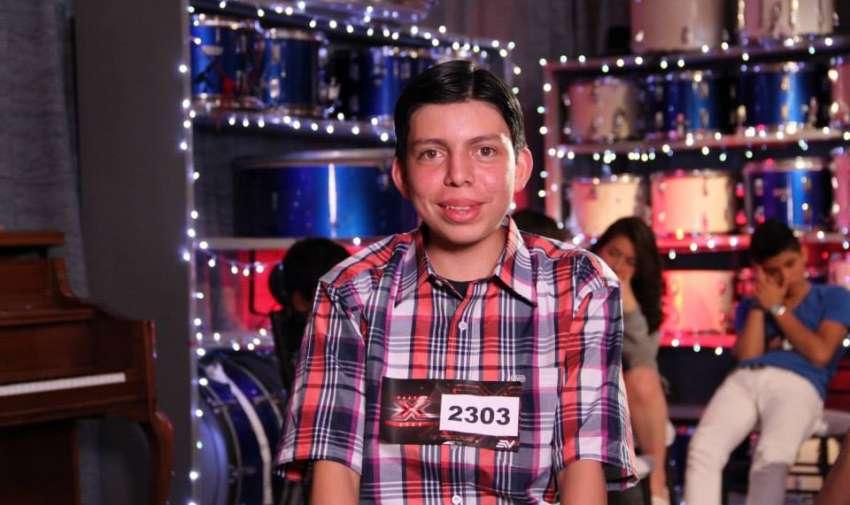 Mateo se alista para cantar Estrellita Solitaria.