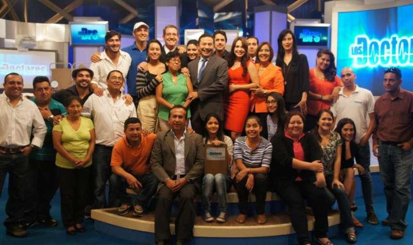 El equipo de producción, tramoyistas, maquilladoras, editores y libretistas junto al equipo de Los Doctores. Foto: Ecuavisa