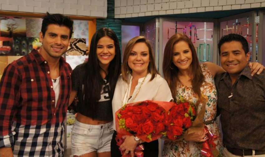 Los presentadores de En Contacto, festejando a sus compañeras que son madres. Foto: Ecuavisa
