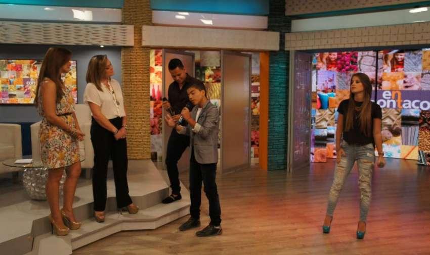 Oscar Junco, Nicky Mackliff y Jonathan Luna festejando a las mamás del programa. Foto: Ecuavisa