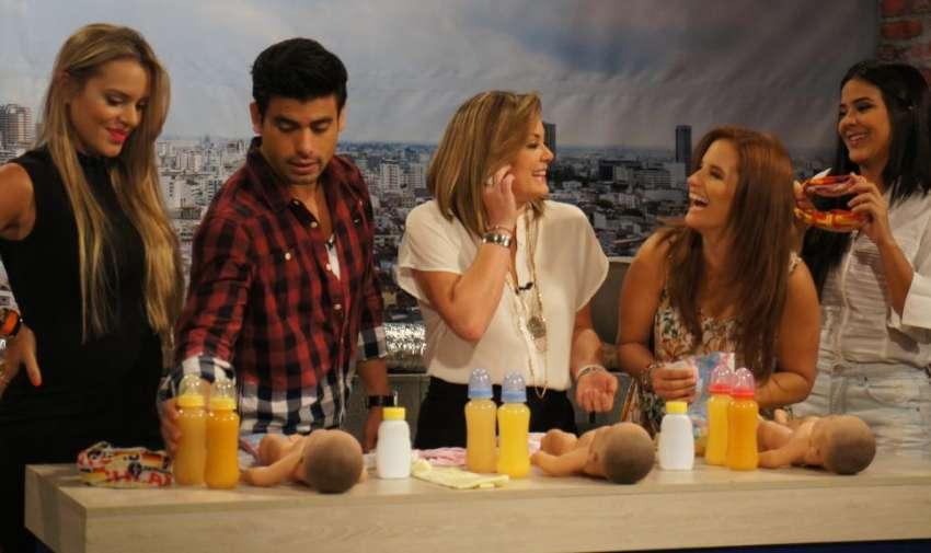 La producción de En Contacto, organizó un concurso para poner a prueba la agilidad en la que las presentadoras visten un bebe. Foto: Ecuavisa