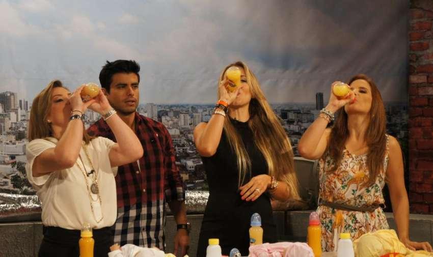 Las presentadores y la actriz Marcela Ruete, tomando biberón como parte del concurso que organizó  la producción. Foto: Ecuavisa