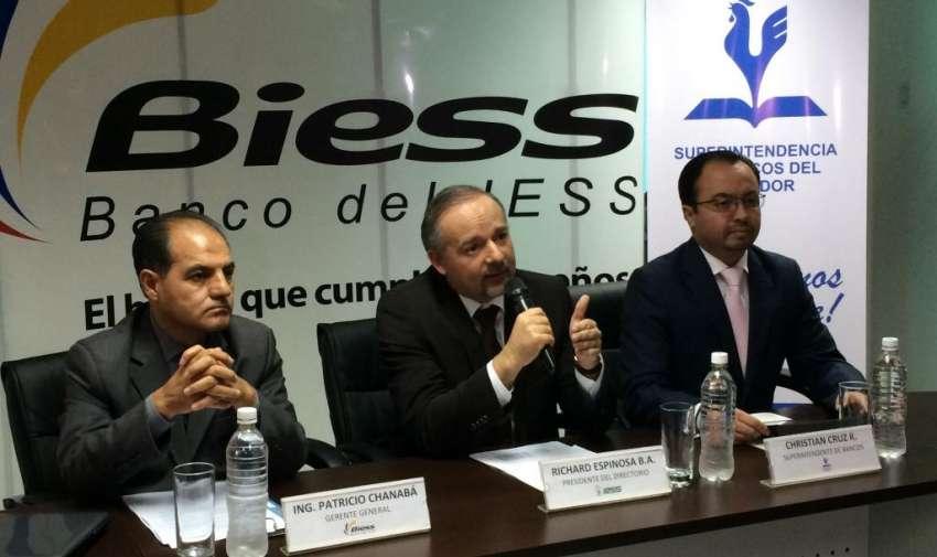 Patricio Chanaba gerente del BIESS, Richard Espinoza, presidente del directorio y Cristian Cruz superintendente de Bancos, dieron detalles del traspaso del FCME al BIESS. Foto: API