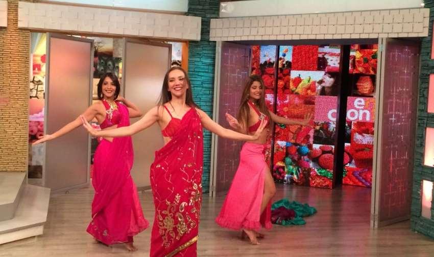 La bailarina de danza árabe, Neme Quintero, enseña a bailar los pasos del dhinka chika. Foto: Ecuavisa