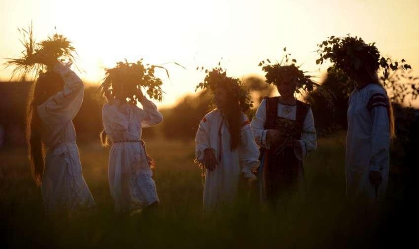 Mujeres bielorrusas participan en el Festival Rusalle tradicional (Festival de las sirenas ) en el pueblo de Nezhyn , a unos 190 kms de Minsk, el 7 de junio de 2015. AFP