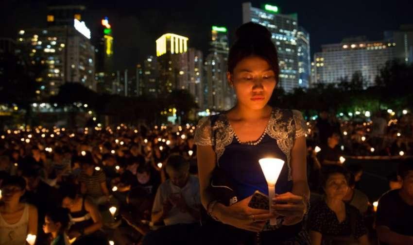 Las personas participan en una vigilia con velas en Hong Kong el 4 de junio de 2015, por el aniversario 26 de Tiananmen. AFP