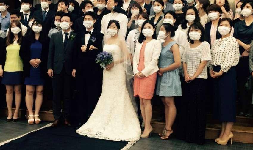 La joven pareja de Corea del Sur se convirtió en un símbolo inesperado de la alarma sanitaria MERS barriendo la nación después de una foto . AFP