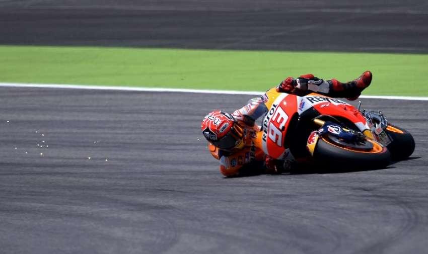 El español Marc Márquez se cae de su Honda el 30 de mayo 2015 durante la sesión de calificación del Gran Premio de Italia de MotoGP en el circuito de Mugello. AFP
