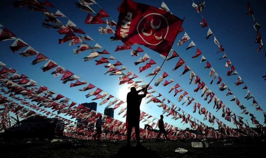 Una mujer agita una bandera del Partido del Movimiento Nacionalista de Turquía ( MHP). AFP