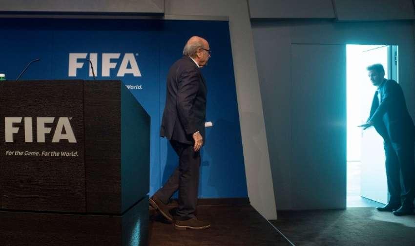 Presidente de la FIFA , Joseph Blatter, se va después de una conferencia de prensa en la sede del órgano de gobierno del fútbol mundial en Zúrich el 2 de junio de 2015. AFP