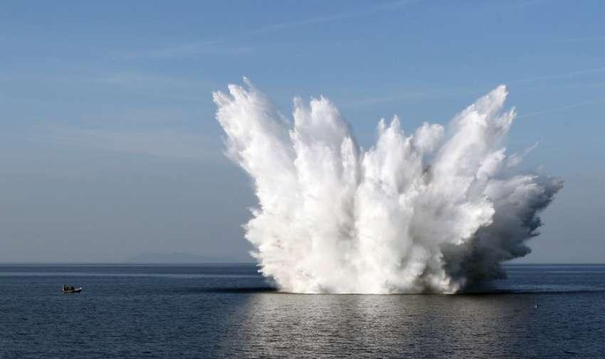 Una bomba de la Segunda Guerra Mundial era de la fuerza aérea de Estados Unidos se detona por la tripulación del dragaminas francés Orion en Bastia , el 2 de junio de 2015. AFP