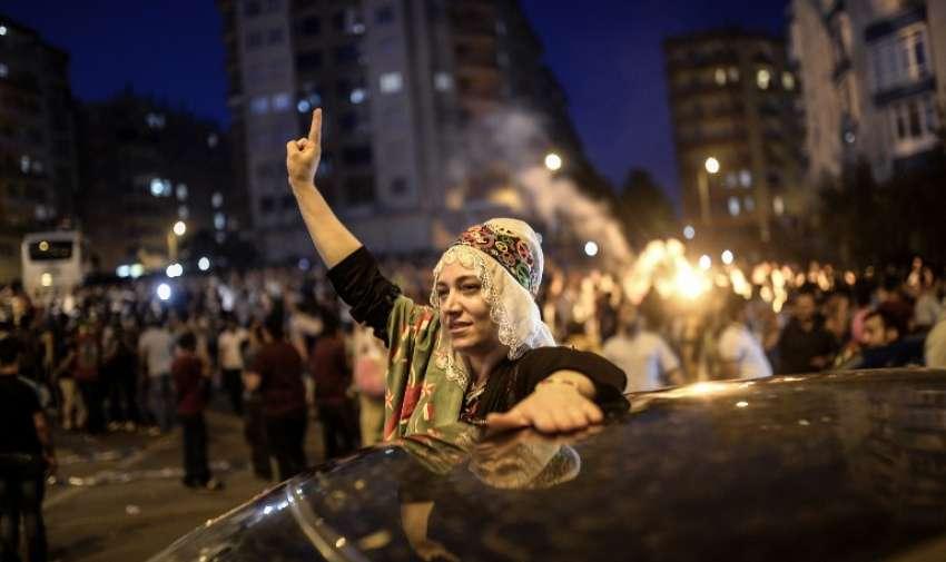 Los partidarios del partido Democratic popular pro- Kurdos ( HDP ) reaccionan después del día de las elecciones legislativas, en Diyarbakir el 7 de junio de 2015. AFP