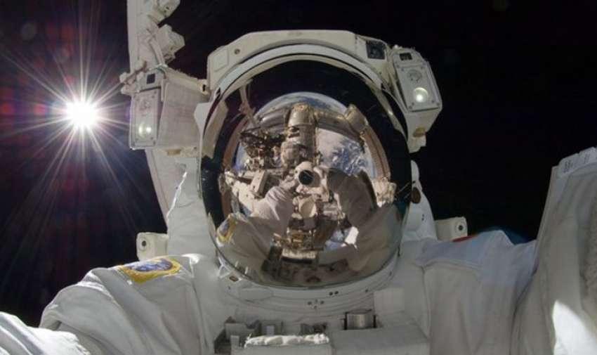 La impresionante selfie desde el espacio fue tomada por el astronauta canadiense Chris Hadfield, que comandó la Expedición 35 a bordo de la Estación Espacial Internacional..