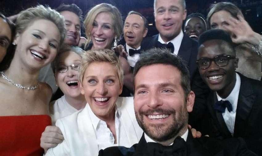 """Conocida como """"La selfie de los Oscar"""" fue sacada con el celular de la presentadora televisiva Ellen DeGeneres durante la entre de premios más importante del cine mundial. Reúne a estrellas como Bradley Cooper (el fotógrafo) y, de izquierda a derecha, Jared Leto, Jennifer Lawrence, Meryl Streep, Julia Roberts, Kevin Spacey, Brad Pitt, Lupita Nyong'o y Angelina Jolie.."""