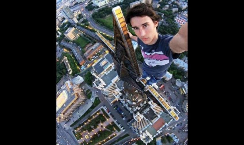 El joven ruso Kirill Oreshkin se entretiene tomándose fotos en sitios extremos. Ésta es sin dudas la más impactante..