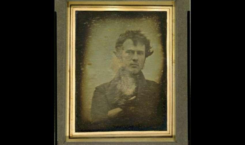 La imagen muestra a Robert Cornelius, un fotógrafo estadounidense que en 1839 se hizo el primer autorretrato del que se tenga registro.