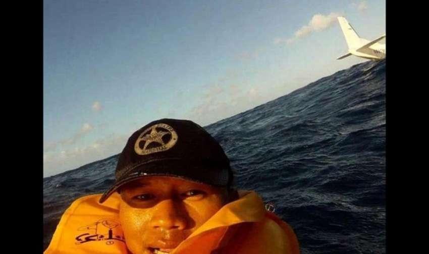 Ferdinand Puentes filmó la caída del avión en el que viajaba y que se hundió en el mar de Hawaii. Mientras flotaba en el agua, tomó esta impactante autofoto.